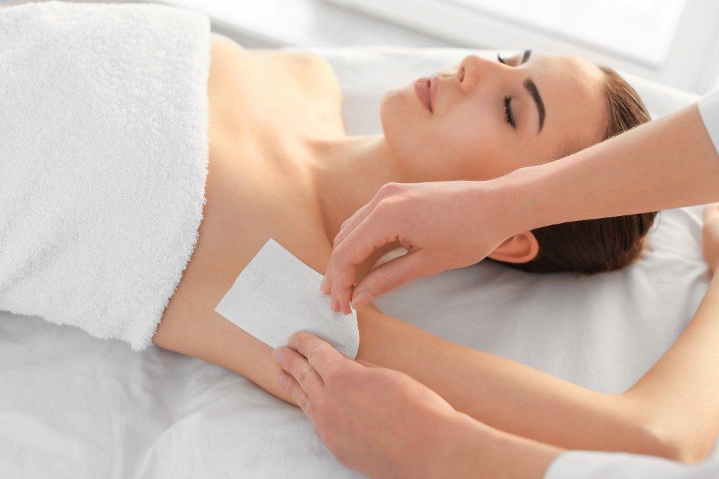 girl waxing her armpit